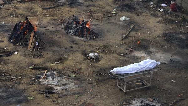 Jenazah dikremasi di tempat darurat, seperti lapangan parkir. (Foto: AP Photo)