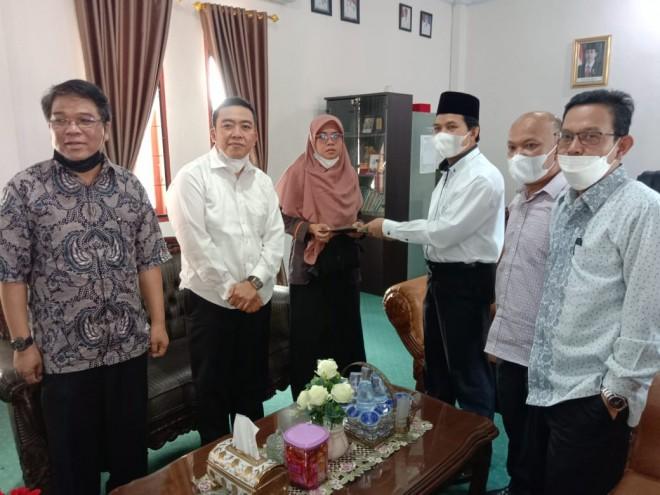 Rektor IAIN Kerinci Berikan Santunan Kepada Dosen yang Terkena Musibah