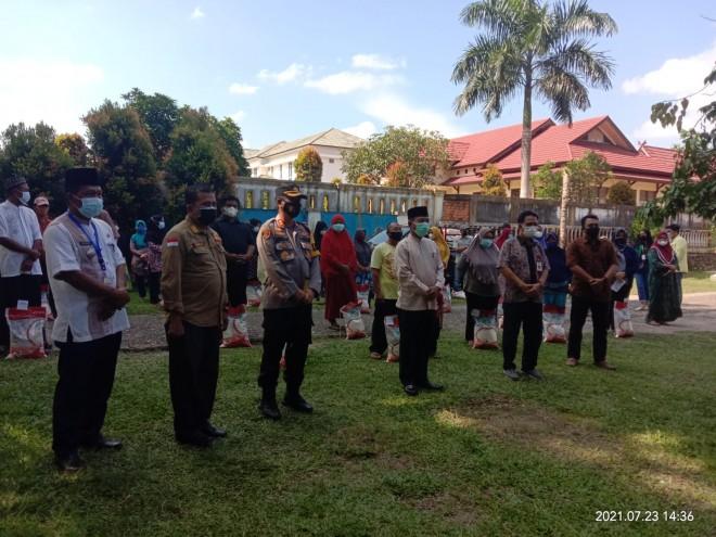 Plt Bupati dan Forkopimda Salurkan Beras PPKM di Kantor Lurah Pemantang Kandis