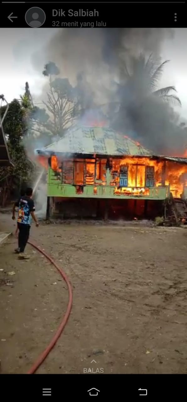 Rumah Panggung di Mampun Hangus Terbakar