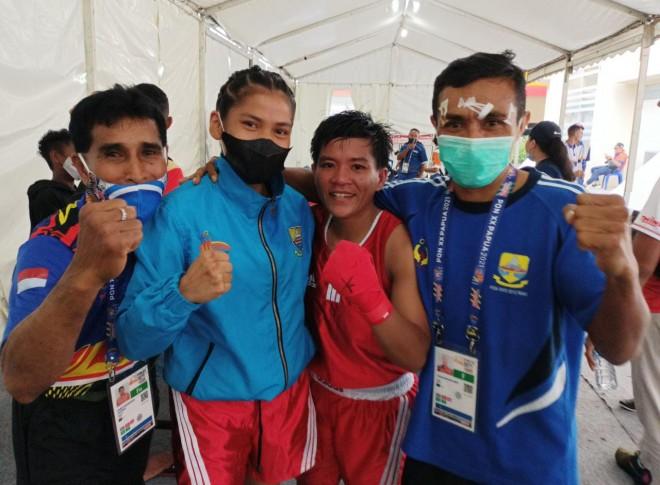 Dari kiri : Pelatih Tinjuan Jambi, Harry Maitimu, Nindi Resti Anggraini, Yulianti Galingging, Yusak Imanuael Bien